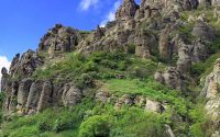 Каменные истуканы Долины приведений