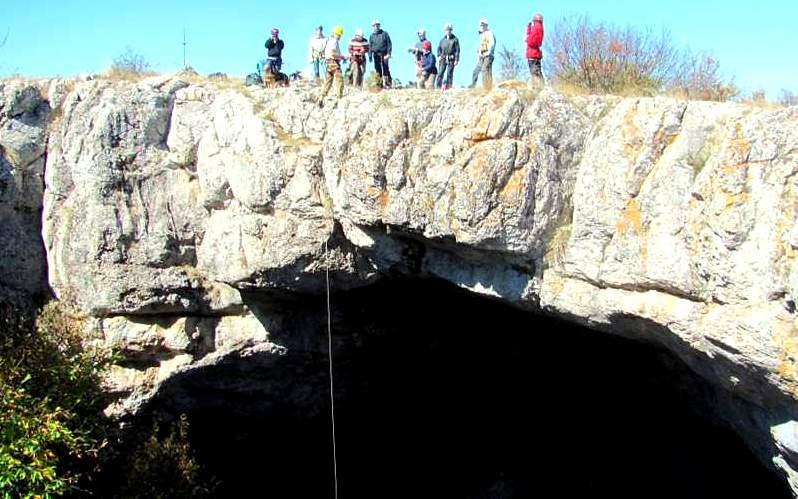 Спуск по веревкам в пещеру Большой Бузлук
