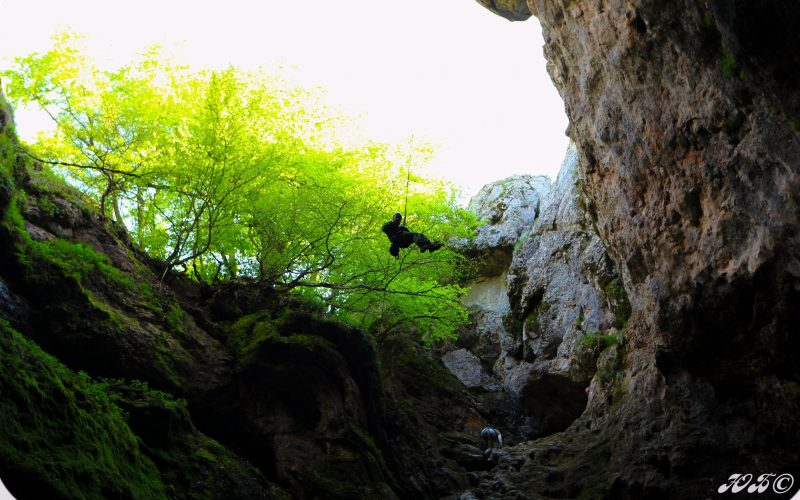 Спуск в пещеру Большой Бузлук по веревке