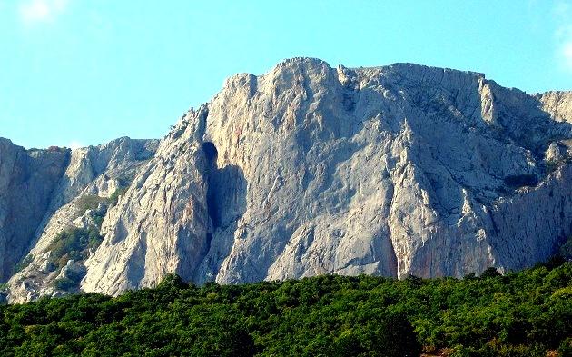 Пещера Медовая вход в скальной стене