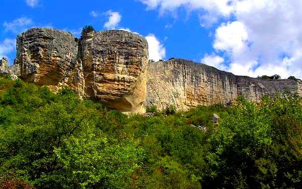 Каменный мыс на котором находится крепость