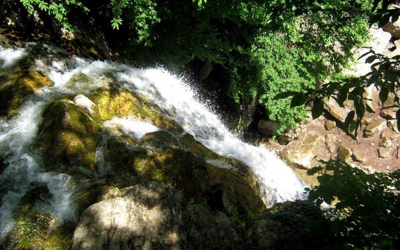 Падение воды водопада Джур-Джур