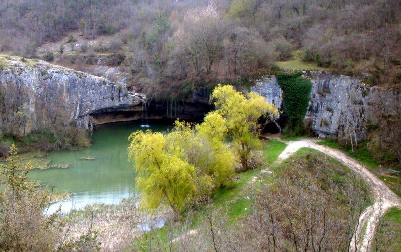 Падающий в озеро водопад в Крыму