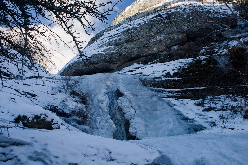Скованый льдом водопад Джурла