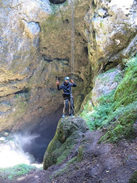 Окончание веревочного спуска в пещеру.