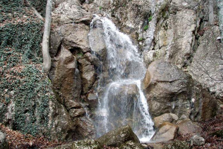 Полноводный водопад