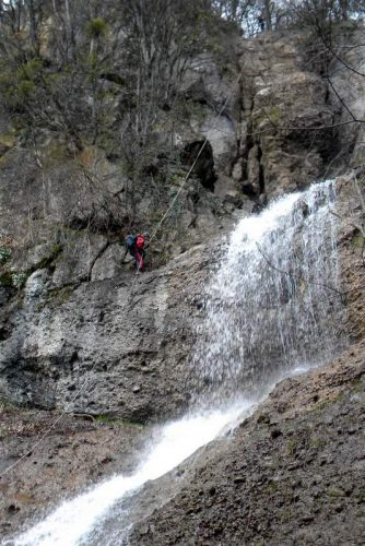 каньонинг вдоль полноводного водопада