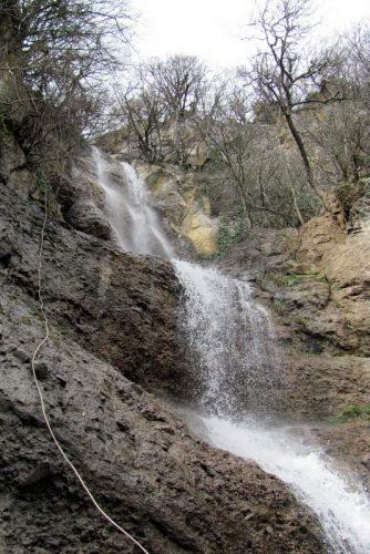 спуск вдоль водопада