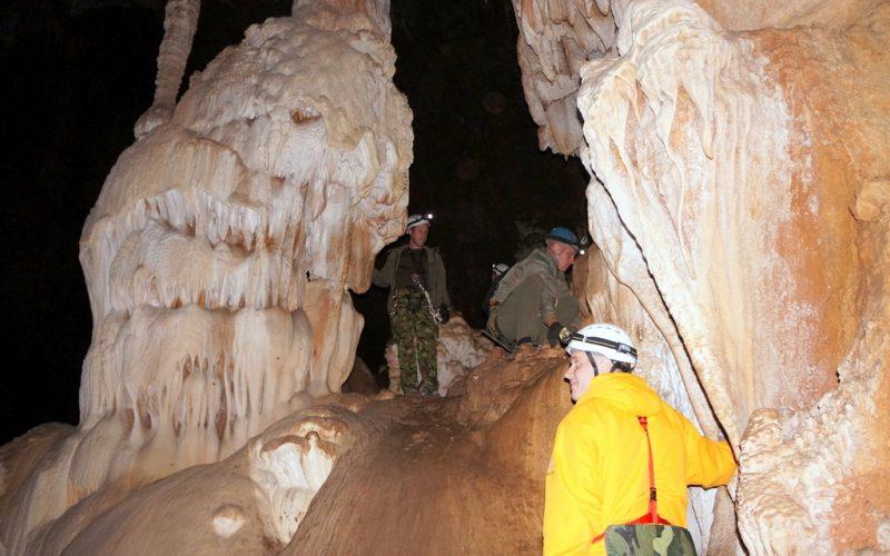 Красотень в пещере