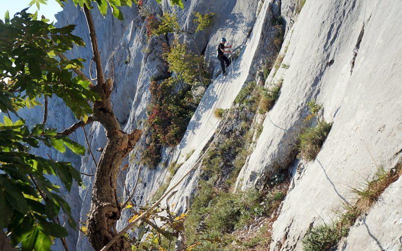 Перила вдоль скалы