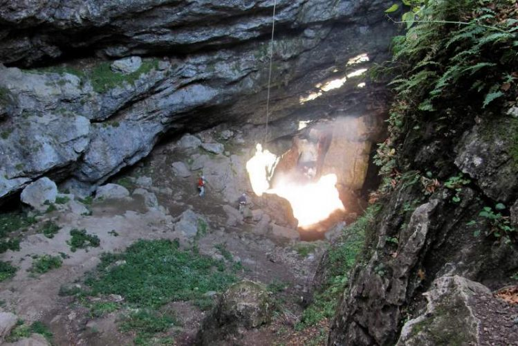 Ледяная пещера Караби